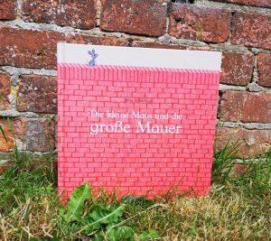 Die kleine Maus und die große Mauer von Britta Teckenturpp, Kinderbuch